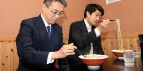 wwwwww eating chess shogi player, the ramen in distaste likely