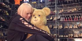 Hamasaki Ayumi A big echo in the photo release surrounded by a lot of shoes
