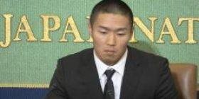 Niigata, threatening Mackay Miyagawa who tackled.