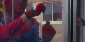 【Video】 The cleaning staff of windows became Spider-Man and Captain America and it got to the window of Children · Hospital of Iowa State