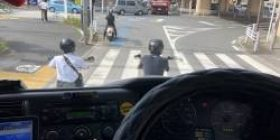 [To the motorcycle] It is nice to have a ride while waiting for a signal, but is there something you can not see from the driver 's seat of a heavy – duty truck? Do not forget to die the worst