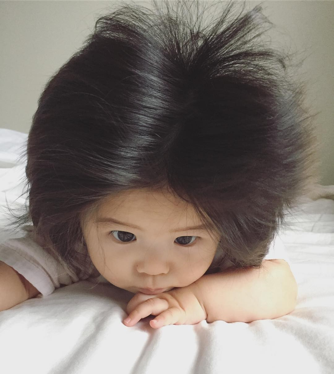 A baby with husky hair in six months of age talks about