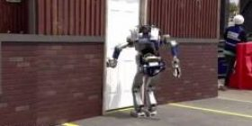 [Video] The world's tallest biped robot VS Very ordinary door fast! ! !