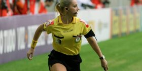 【Video】 Beauty female referee, pretend to give a yellow card and make fun of players