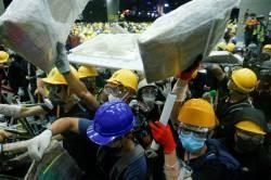 [Sad news] Hong Kong demonstrators introduce a stone thrower